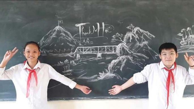 Thầy giáo vẽ tranh bằng phấn trắng trên bảng đen khiến học trò thích thú, cuốn hút mỗi giờ học - Ảnh 1.