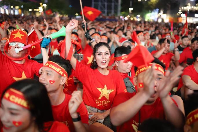 Trận Việt Nam - Thái Lan: Cổ động viên nhuộm đỏ phố đi bộ Nguyễn Huệ - Ảnh 12.