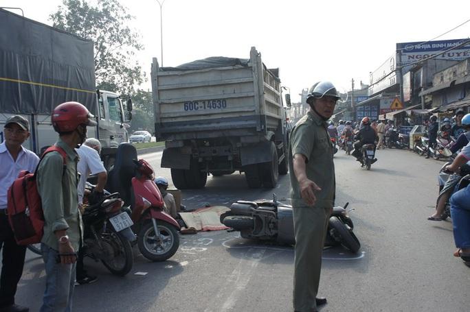 Hãi hùng xe ben cán qua người cô gái, xe tải đè bẹp taxi  - Ảnh 1.