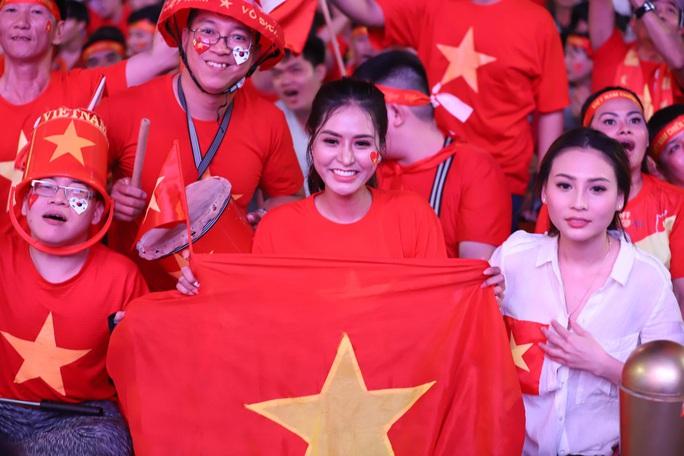 Trận Việt Nam - Thái Lan: Cổ động viên nhuộm đỏ phố đi bộ Nguyễn Huệ - Ảnh 1.