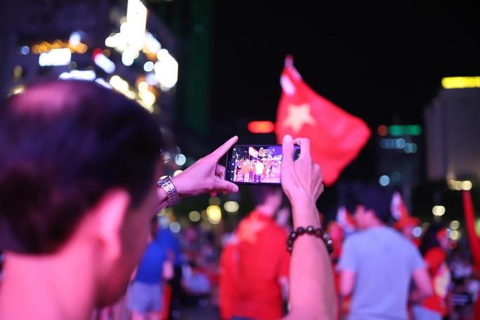 Trận Việt Nam - Thái Lan: Cổ động viên nhuộm đỏ phố đi bộ Nguyễn Huệ - Ảnh 13.