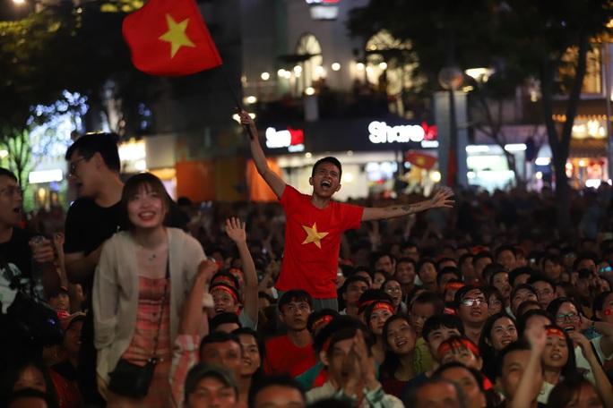 Trận Việt Nam - Thái Lan: Cổ động viên nhuộm đỏ phố đi bộ Nguyễn Huệ - Ảnh 16.