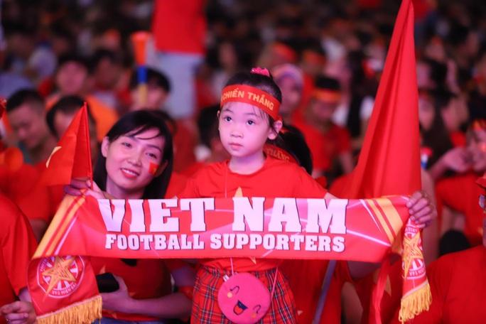 Trận Việt Nam - Thái Lan: Cổ động viên nhuộm đỏ phố đi bộ Nguyễn Huệ - Ảnh 7.