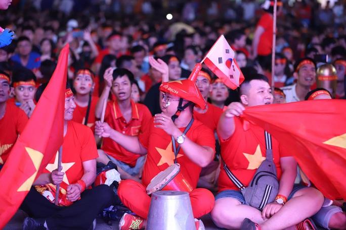 Trận Việt Nam - Thái Lan: Cổ động viên nhuộm đỏ phố đi bộ Nguyễn Huệ - Ảnh 8.