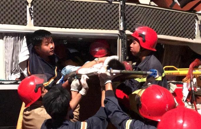 Xe giường nằm tông đuôi xe tải, 20 cảnh sát giải cứu 3 hành khách bị thương nặng mắc kẹt - Ảnh 3.