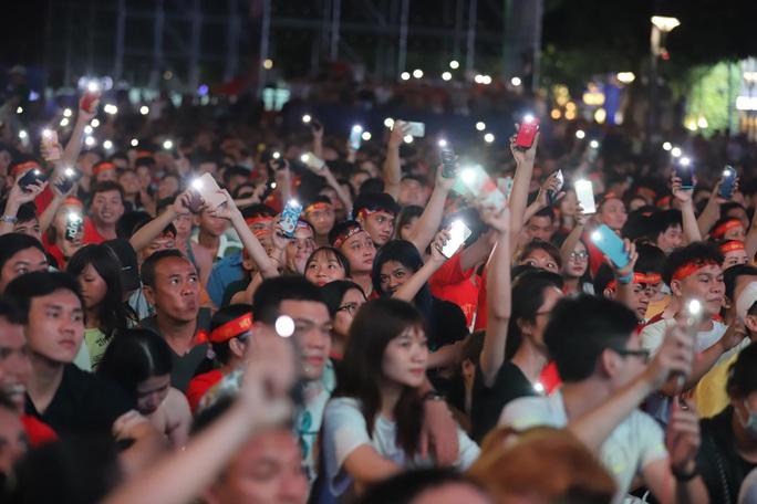 Trận Việt Nam - Thái Lan: Cổ động viên nhuộm đỏ phố đi bộ Nguyễn Huệ - Ảnh 17.