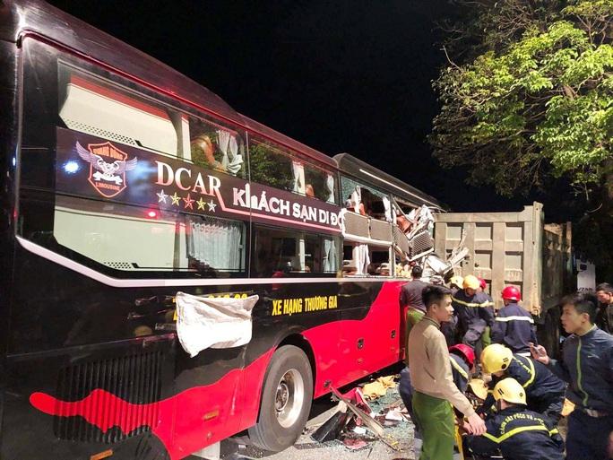 Xe giường nằm tông đuôi xe tải, 20 cảnh sát giải cứu 3 hành khách bị thương nặng mắc kẹt - Ảnh 2.