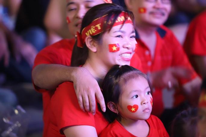 Trận Việt Nam - Thái Lan: Cổ động viên nhuộm đỏ phố đi bộ Nguyễn Huệ - Ảnh 9.