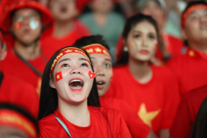 Trận Việt Nam - Thái Lan: Cổ động viên nhuộm đỏ phố đi bộ Nguyễn Huệ - Ảnh 15.