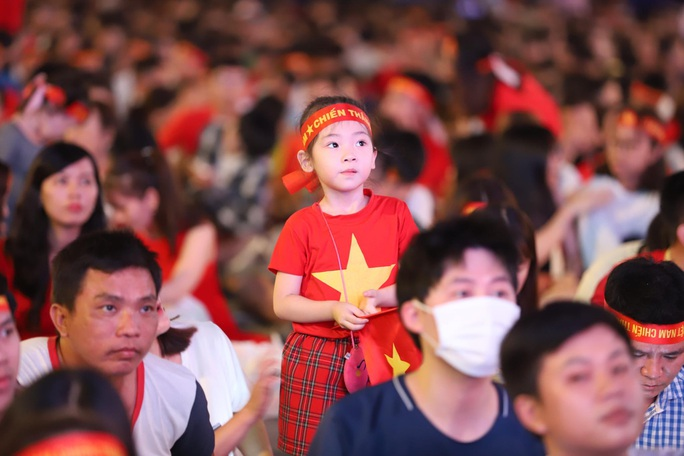 Trận Việt Nam - Thái Lan: Cổ động viên nhuộm đỏ phố đi bộ Nguyễn Huệ - Ảnh 10.