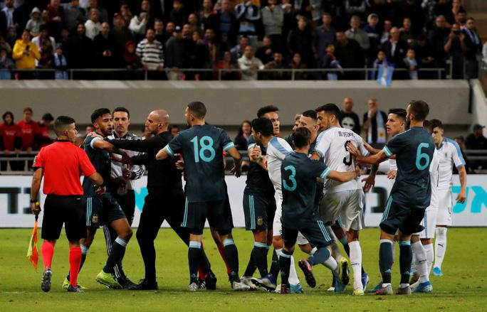 Suarez và Messi lập công nghẹt thở ở siêu kinh điển River Plate - Ảnh 2.
