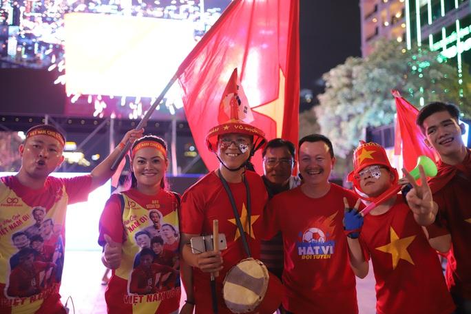 Trận Việt Nam - Thái Lan: Cổ động viên nhuộm đỏ phố đi bộ Nguyễn Huệ - Ảnh 2.