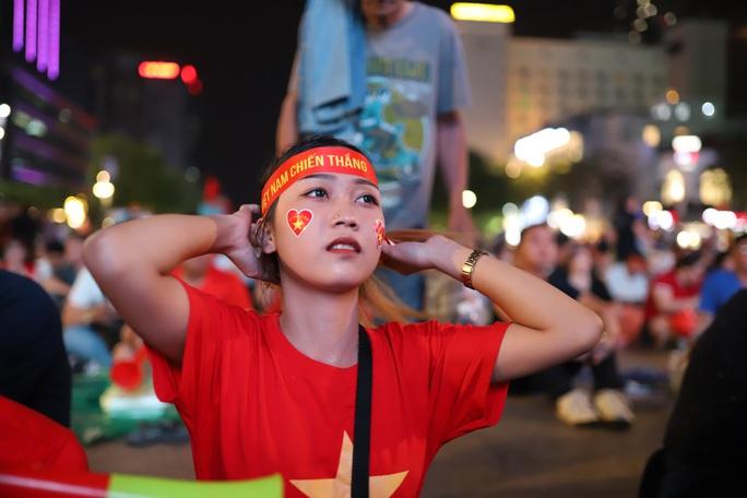 Trận Việt Nam - Thái Lan: Cổ động viên nhuộm đỏ phố đi bộ Nguyễn Huệ - Ảnh 3.