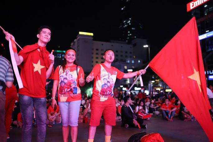 Trận Việt Nam - Thái Lan: Cổ động viên nhuộm đỏ phố đi bộ Nguyễn Huệ - Ảnh 5.