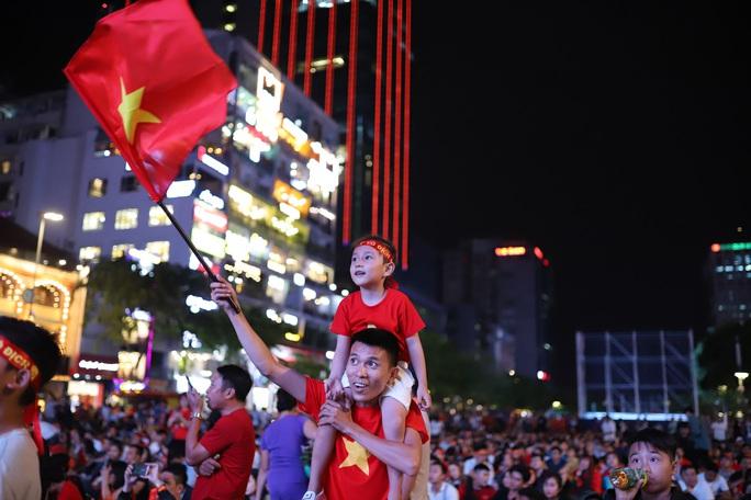 Trận Việt Nam - Thái Lan: Cổ động viên nhuộm đỏ phố đi bộ Nguyễn Huệ - Ảnh 6.