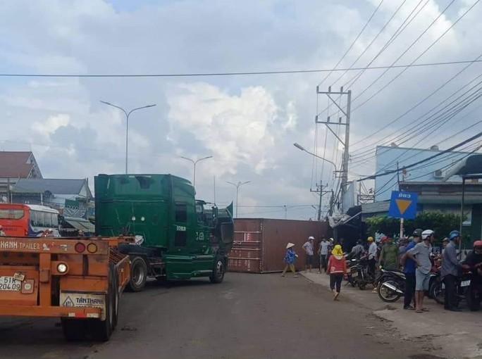 Thùng container văng xuống đường đè chết 2 vợ chồng - Ảnh 1.