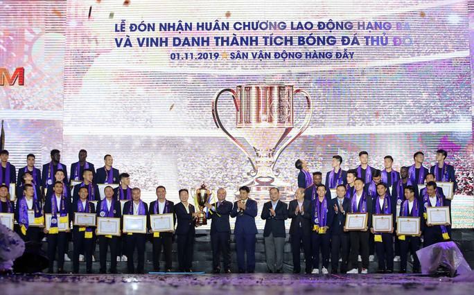 Quang Hải cùng CLB Hà Nội rạng ngời trong ngày vinh danh, đón nhận Huân chương Lao động hạng Ba - Ảnh 2.