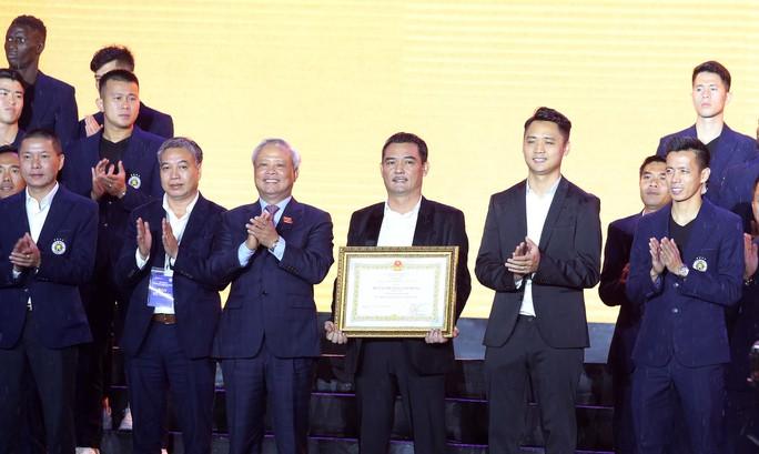 Quang Hải cùng CLB Hà Nội rạng ngời trong ngày vinh danh, đón nhận Huân chương Lao động hạng Ba - Ảnh 1.