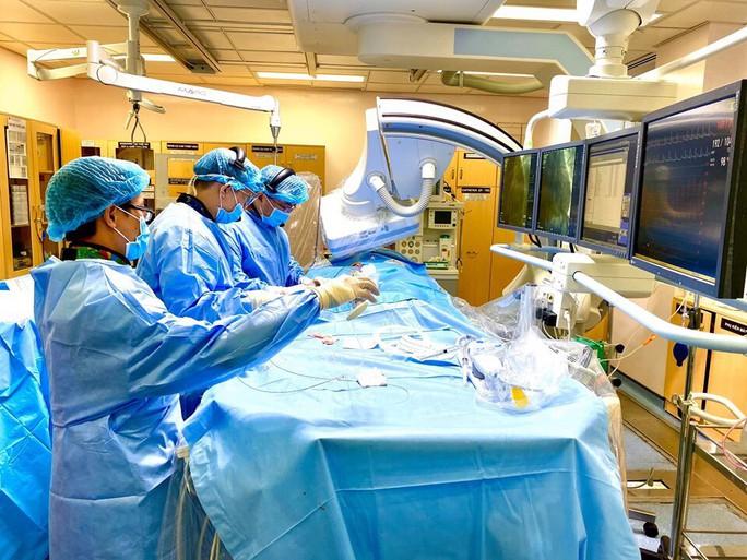 Xem chuyên gia Anh đến Việt Nam mổ xác tìm hiểu bệnh tim - Ảnh 1.