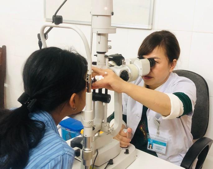 Mắt bé gái 13 tuổi bị mù vì tiêm filler nâng mũi có dấu hiệu cải thiện - Ảnh 1.