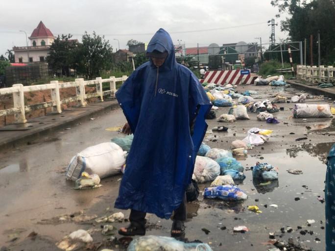 Ngỡ ngàng cảnh người dân lợi dụng nước lũ vô tư vứt rác xuống sông - Ảnh 1.