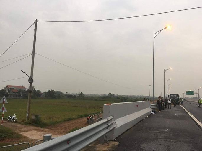Đi bộ trên đường cao tốc, người đàn ông bị ô tô tông chết tại chỗ - Ảnh 1.
