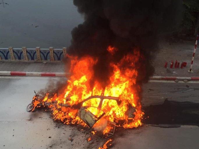 Xe ôtô hạng sang Mercedes va chạm với nhiều xe máy rồi bốc cháy dữ dội, 1 người tử vong tại chỗ - Ảnh 4.