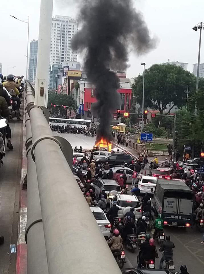Xe Mercedes tông nhiều xe máy trên phố rồi bốc cháy dữ dội, 1 người tử vong tại chỗ - Ảnh 9.