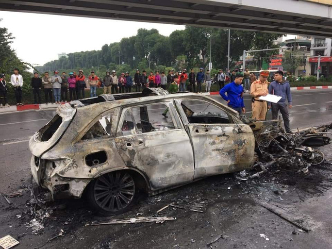 Xe Mercedes tông nhiều xe máy trên phố rồi bốc cháy dữ dội, 1 người tử vong tại chỗ - Ảnh 11.