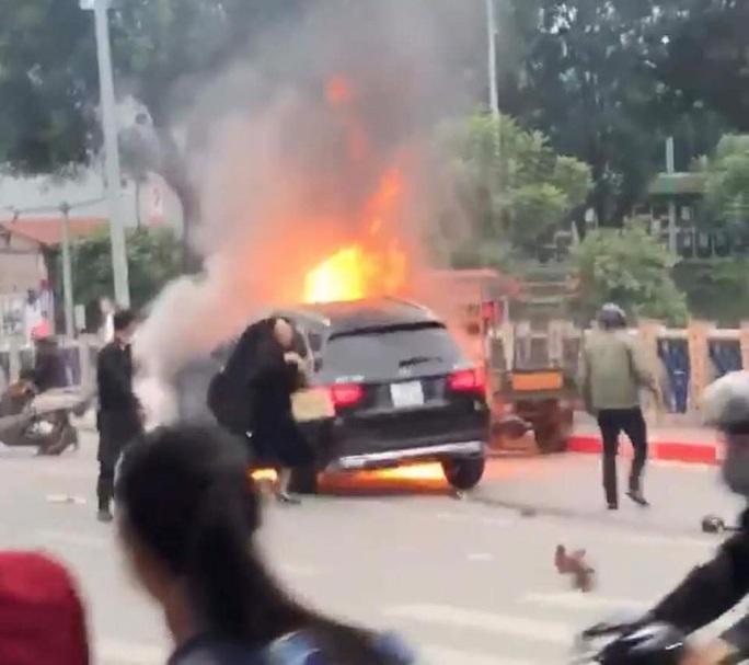 Xe Mercedes tông nhiều xe máy trên phố rồi bốc cháy dữ dội, 1 người tử vong tại chỗ - Ảnh 3.