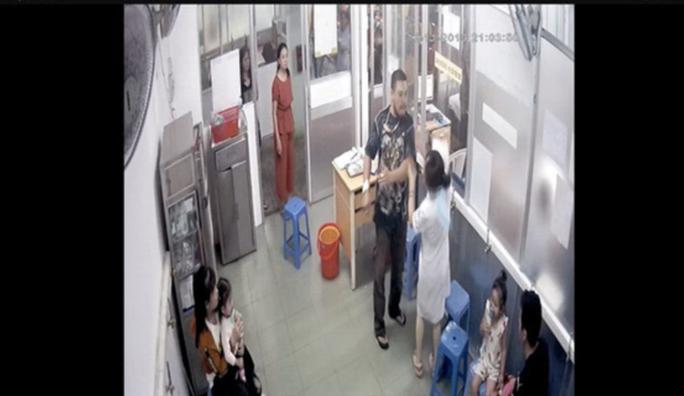 Vợ người đàn ông tát điều dưỡng BV Nhi Đồng 1 bị  tạm đình chỉ công tác - Ảnh 1.