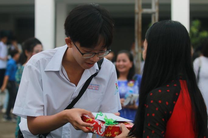 Những hình ảnh đẹp đốn tim trong ngày Nhà giáo Việt Nam - Ảnh 1.