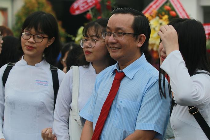 Những hình ảnh đẹp đốn tim trong ngày Nhà giáo Việt Nam - Ảnh 2.