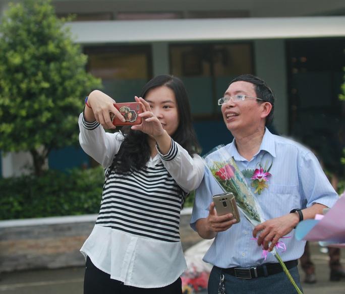 Những hình ảnh đẹp đốn tim trong ngày Nhà giáo Việt Nam - Ảnh 4.