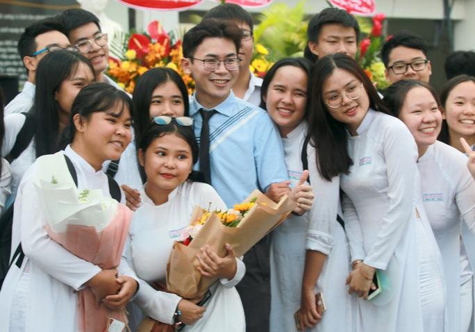 Những hình ảnh đẹp đốn tim trong ngày Nhà giáo Việt Nam - Ảnh 5.