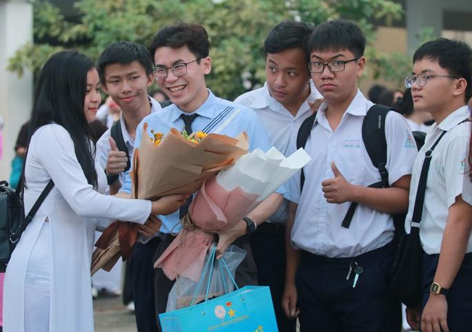 Những hình ảnh đẹp đốn tim trong ngày Nhà giáo Việt Nam - Ảnh 6.