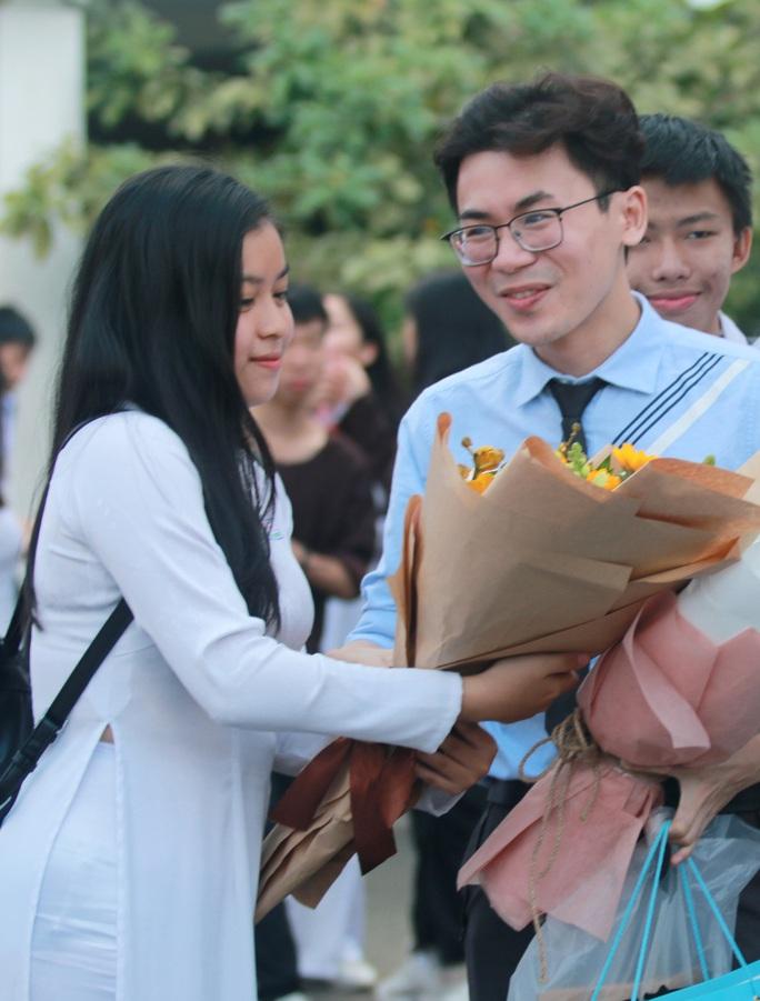 Những hình ảnh đẹp đốn tim trong ngày Nhà giáo Việt Nam - Ảnh 7.