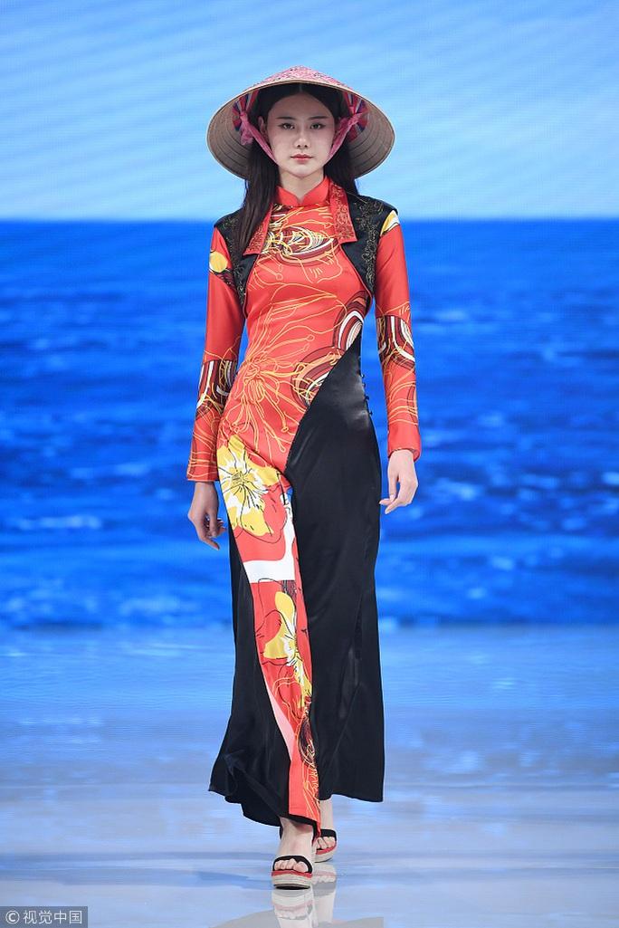 Công chúng phẫn nộ nhà thiết kế Trung Quốc nhận vơ áo dài Việt - Ảnh 4.