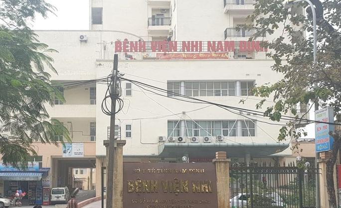 Dính vụ ăn bớt thuốc bệnh nhi, thêm 2 điều dưỡng Bệnh viện Nhi Nam Định bị cấm đi khỏi nơi cư trú - Ảnh 1.