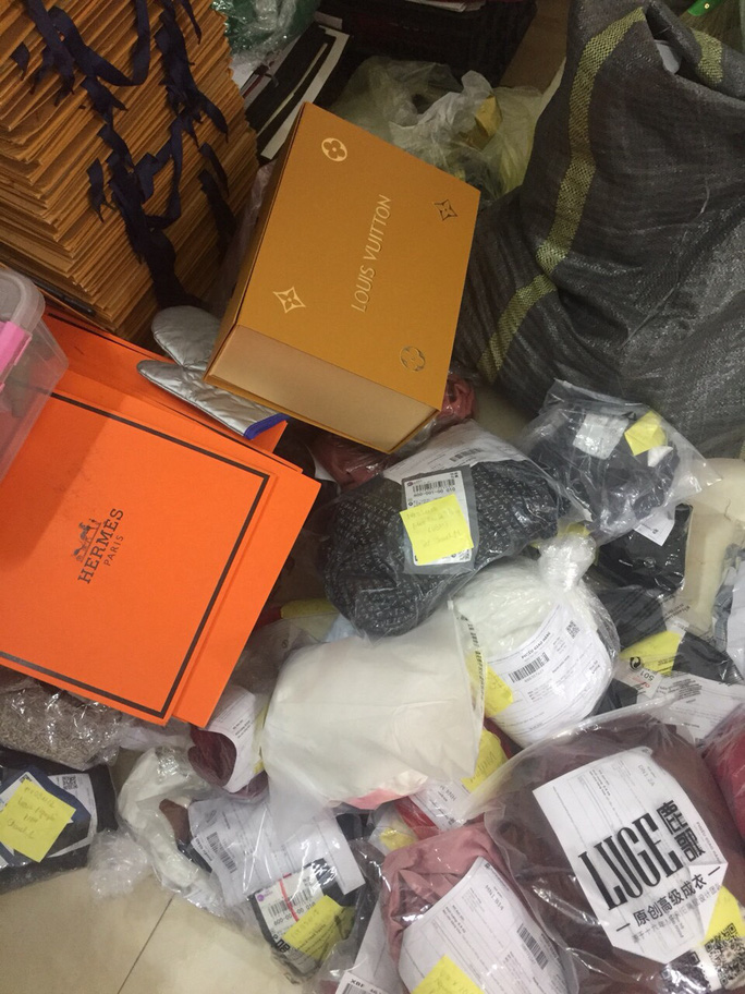 Bắt quả tang cơ sở cắt nhãn mác Trung Quốc gắn nhãn hiệu Dior, Chanel, Gucci - Ảnh 2.