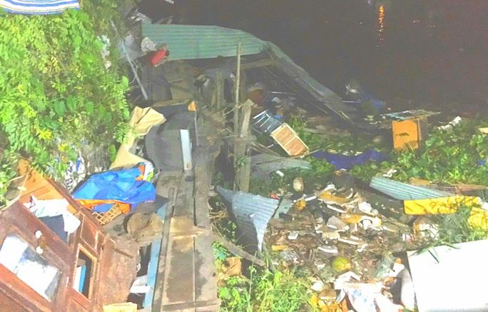Sà lan tông ghe sắt, nhiều nhà dân ven sông tan hoang trong đêm - Ảnh 2.