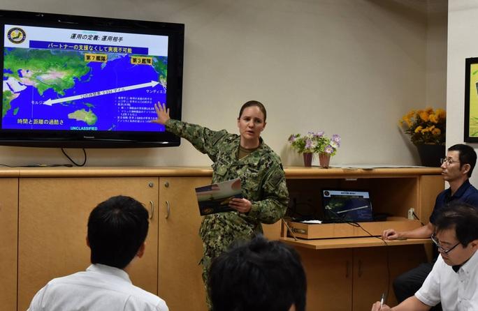 Tàu chiến Mỹ liên tiếp áp sát đảo phi pháp của Trung Quốc trên biển Đông - Ảnh 1.