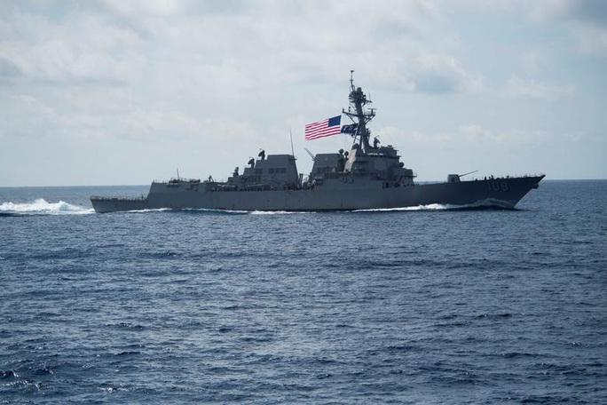 Tàu chiến Mỹ liên tiếp áp sát đảo phi pháp của Trung Quốc trên biển Đông - Ảnh 2.
