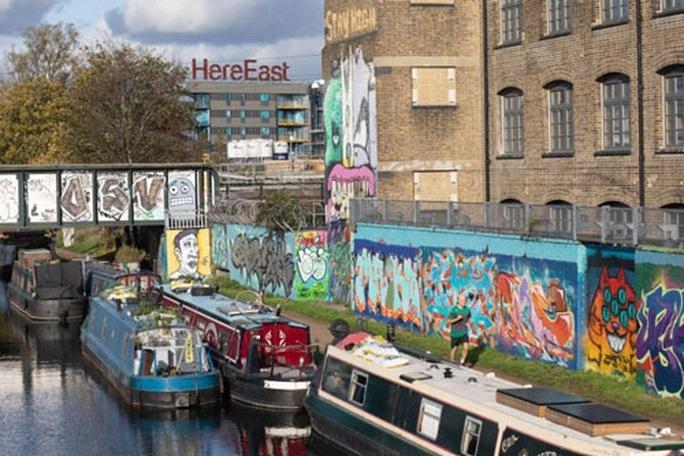 Giá nhà cao, dân Anh xuống sống ở kênh đào - Ảnh 1.