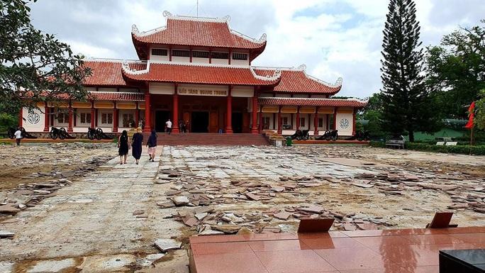 Sân Bảo tàng Quang Trung đang đẹp vẫn bị cạy lên để thay 5 tỉ đồng - Ảnh 4.