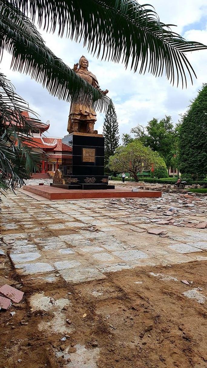 Sân Bảo tàng Quang Trung đang đẹp vẫn bị cạy lên để thay 5 tỉ đồng - Ảnh 1.