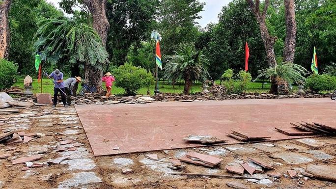 Sân Bảo tàng Quang Trung đang đẹp vẫn bị cạy lên để thay 5 tỉ đồng - Ảnh 2.