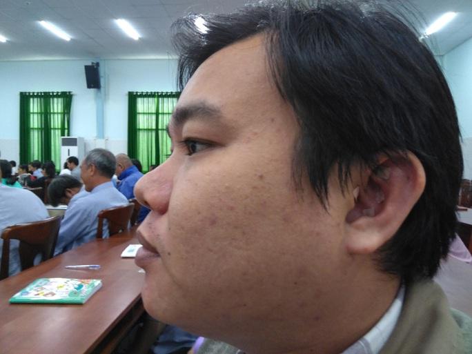 Cận cảnh dán huyệt lỗ tai để cai thuốc lá - Ảnh 1.