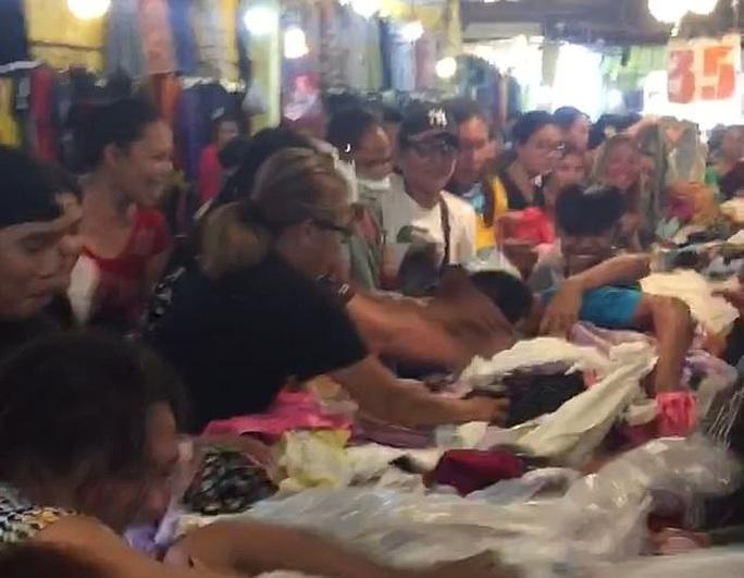 Kinh hoàng cảnh khách hàng giành giật quần áo ở chợ Philippines - Ảnh 2.