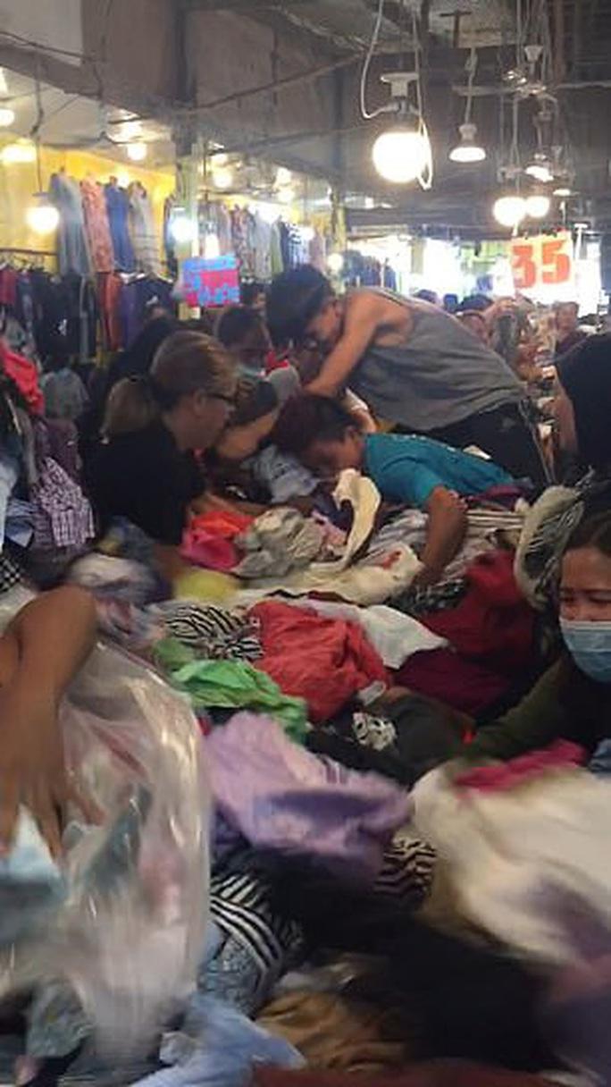Kinh hoàng cảnh khách hàng giành giật quần áo ở chợ Philippines - Ảnh 3.